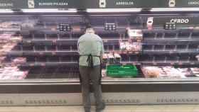 Un empleado de Mercadona reponiendo carne durante el estado de alarma. Victor Blanco /G3online