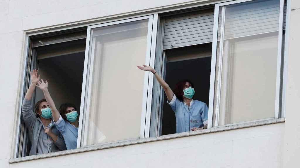 Enfermeras responden a los aplausos de las 20.00 de los ciudadanos.
