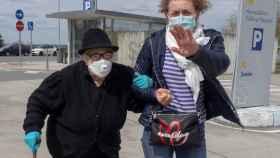 Una joven acompaña a una anciana al hospital HULA de Lugo. EFE/Eliseo Trigo.