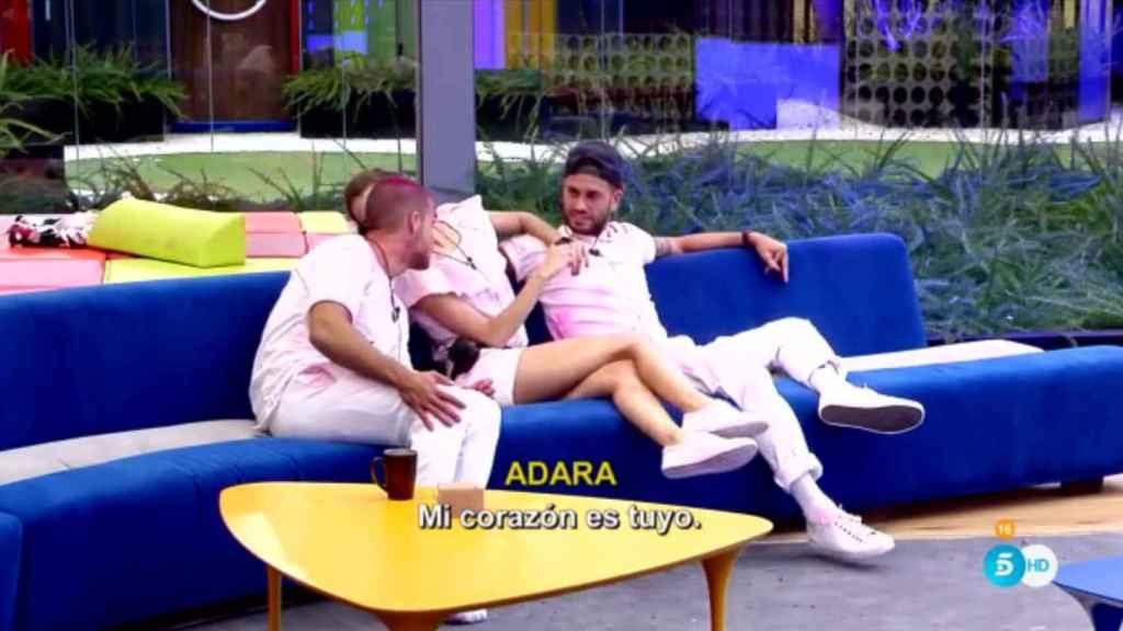 Adara jugó a dos bandas entre Rodri y Pol.
