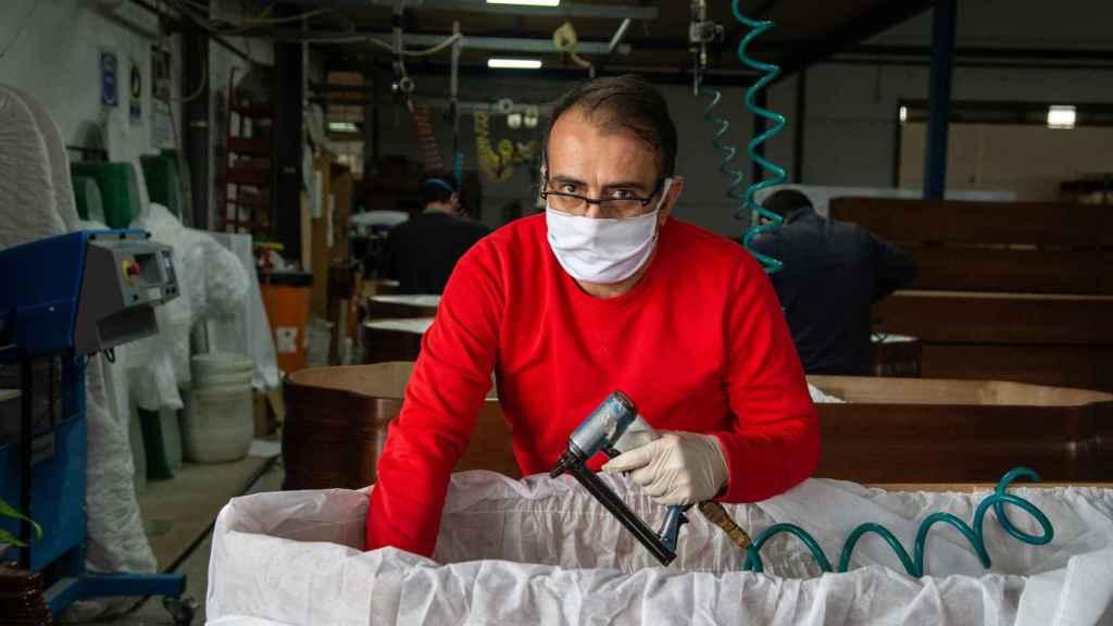Antonio Pérez, comercial de Adean, ayudando en la fábrica por el pico de producción.