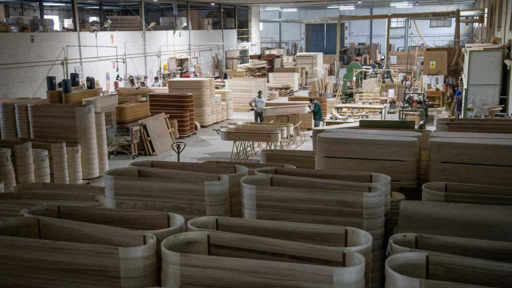 Adean fabrica unos 24.000 ataúdes cada año.