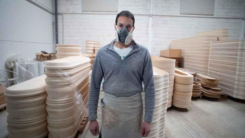 Francisco Javier Moreno lleva 26 años fabricando ataúdes.