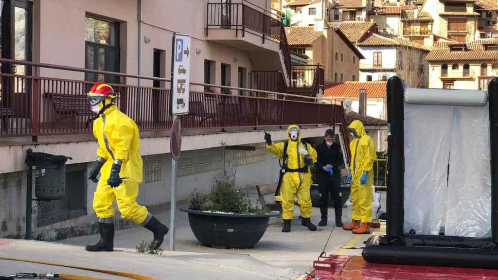 Un equipo sanitario llega a la residencia de Valderrobres.