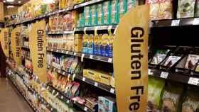 Un pasillo de supermercado con artículos sin gluten.