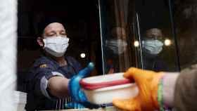 El cocinero Adrián Rojas reparte comida en su restaurante, reconvertido en comedor solidario, en Madrid. EFE/ Ana Márquez.