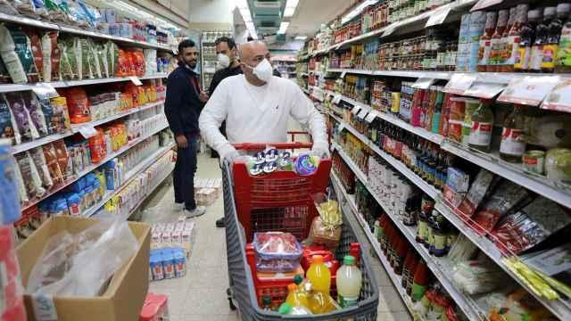 Una cesta de la compra decididamente poco sana para la cuarentena en Israel. EFE/EPA Abir Sultan.