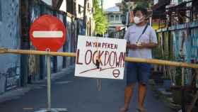 Un hombre con mascarilla en Mataram, la isla de Lombok, en Indonesia.