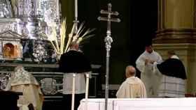 Misa en la catedral de Granada este Viernes Santo.