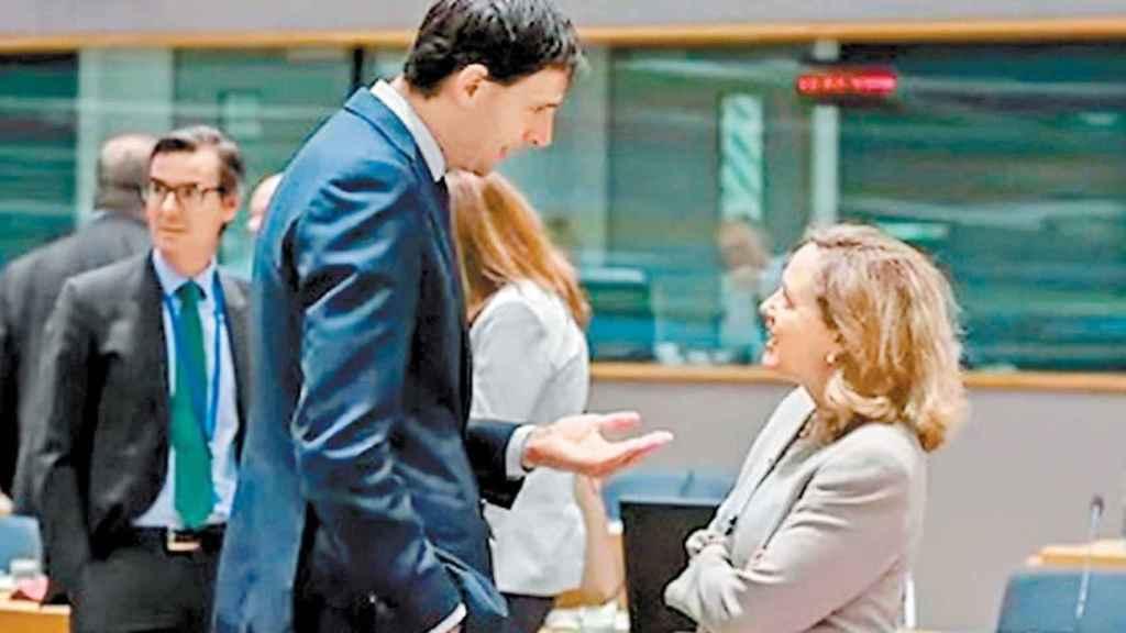 El ministro de Finanzas de Holanda, Wopke Hoekstra, junto a Nadia Calviño.
