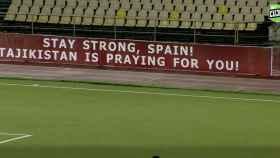 La publicidad en la liga de fútbol de Tayikistán manda un mensaje de ánimo a España