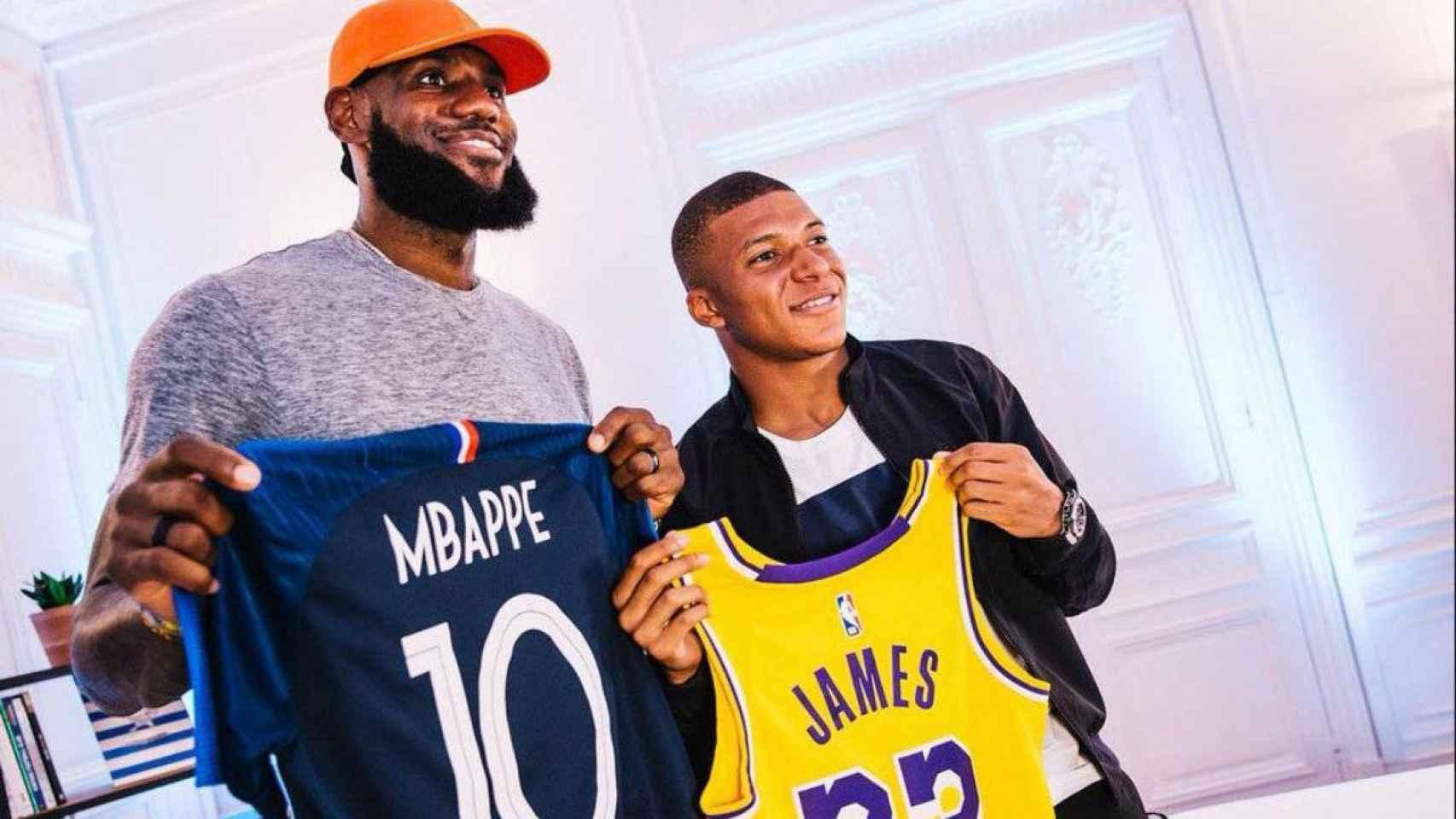 Kylian Mbappé y LeBron James compartiendo camisetas