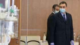Pedro Sánchez, con mascarilla, visita una fábrica de respiradores en Móstoles.