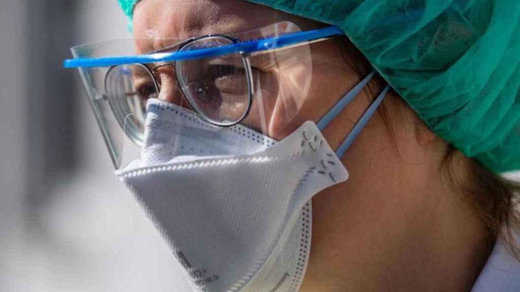 Personal sanitario con mascarilla y protección.