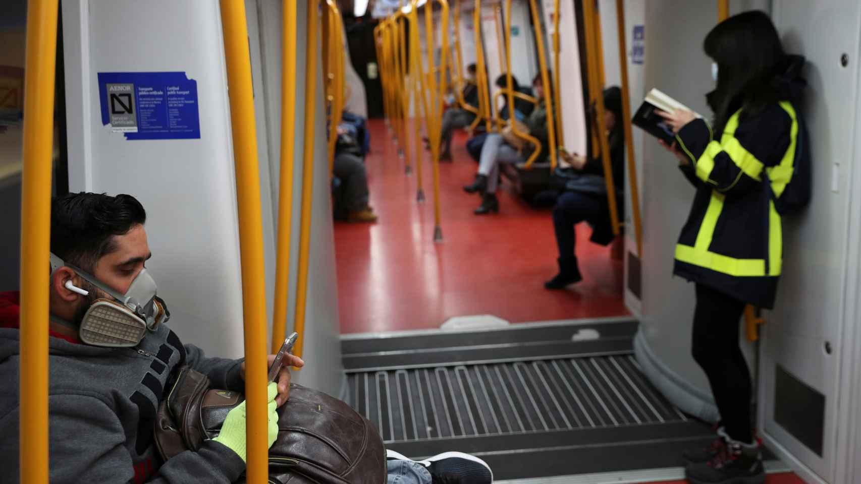Un grupo de viajeros, en el Metro de Madrid.