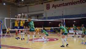Las jugadoras del May Deco Voleibol Logroño y el Barça CVB