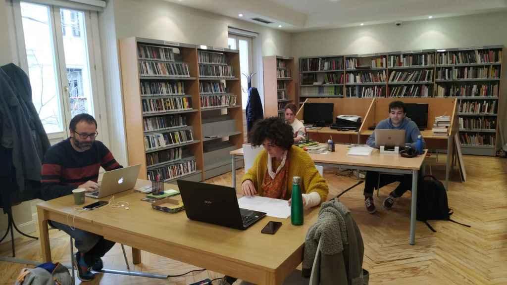 Los alumnos de Residencias en la biblioteca de la Academia (antes del confinamiento)