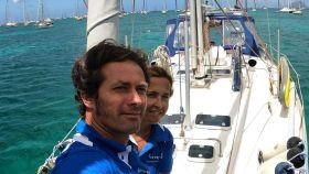 Álex, empresario castellonense, y Anabel, enfermera sevillana, en su velero 'El Intrépido', en aguas de Martinica.