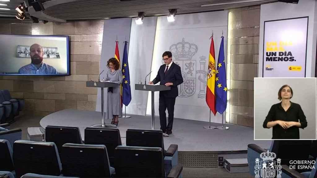Los ministros Montero e Illa, en rueda de prensa en la sala de prensa de Moncloa.