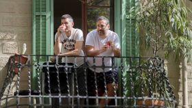 Dos hombres en un balcón de Barcelona en este octavo día del estado de alarma a causa del coronavirus.