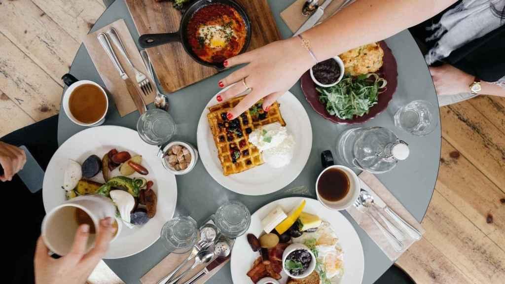 Un desayuno con distintos alimentos sobre la mesa.