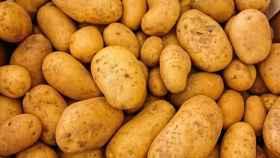 Una caja llena de patatas.