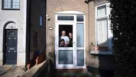Retrato de una familia confinada en el norte de Londres. EFE/EPA Neil Hall.