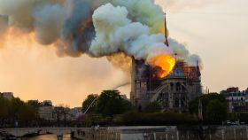 La catedral de Notre-Dame, ardiendo en la tarde del 15 de abril de 2019.