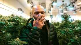 Mike Tyson, en su rancho fumando marihuana