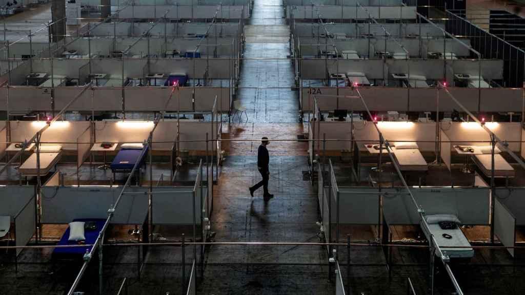 Varios trabajadores realizan tareas de montaje en el hospital de campaña habilitado en Fira de Barcelona.