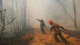 Bomberos ucranianos tratan de sofocar el incendio en las cercanías de Chernóbil.