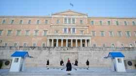 Parlamento griego, durante un cambio de guardia, sin público.