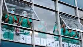 Personal sanitario del hospital Virgen Vega de Salamanca en el aplauso a los sanitarios de cada tarde.