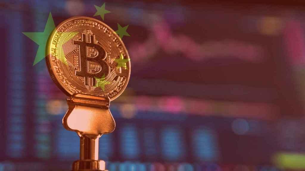 Montaje con una moneda Bitcoin y la bandera china.