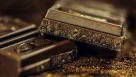 Un par de onzas de chocolate negro.