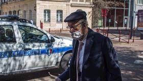Un jubilado francés transita con la nariz fuera de la mascarilla, lo que la inutiliza. EFE/EPA Christophe Petit Tesson.