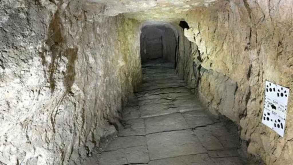 Uno de los túneles del palacio asirio.