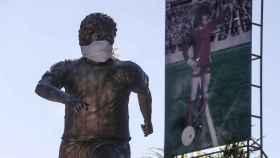 La estatua de Maradona en Buenos Aires, con mascarilla