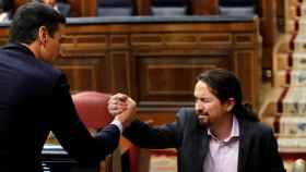 El líder de Unidas Podemos, Pablo Iglesias, estrecha la mano a Pedro Sánchez.