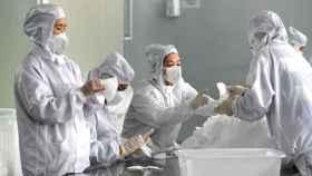 Una fábrica de mascarillas en China.