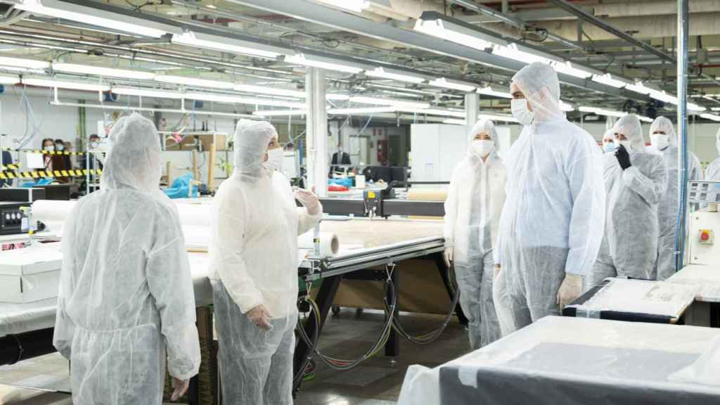Pedro Sánchez visita el taller de El Corte Inglés donde se confeccionan mascarillas