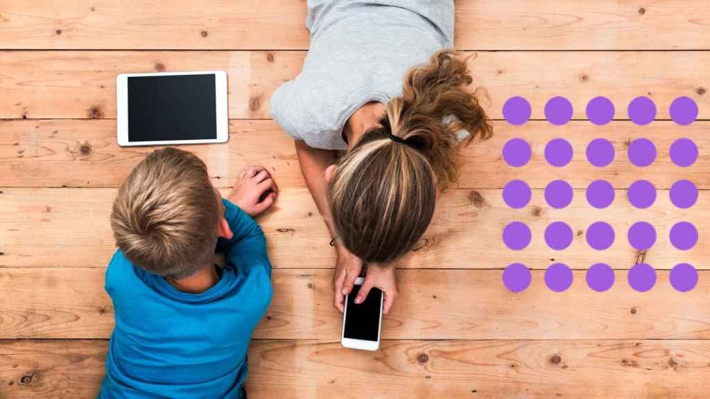 Dos menores con una tablet y un movil.