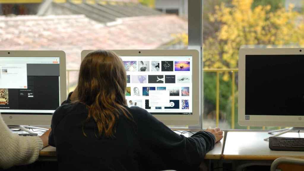 Un alumna del colegio Estudio, realizando deberes.