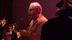 El saxofonista Lee Konitz en una foto de archivo de 2007.