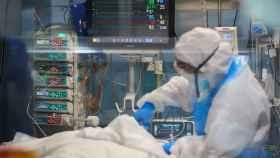 Profesionales sanitarios realizan su trabajo con enfermos de Covid-19 en una UCI de un hospital de España.