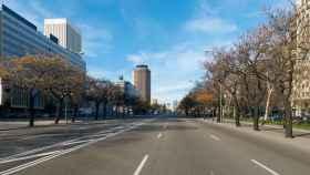 El Paseo de la Castellana de Madrid prácticamente vacío por el confinamiento del COVID-19.