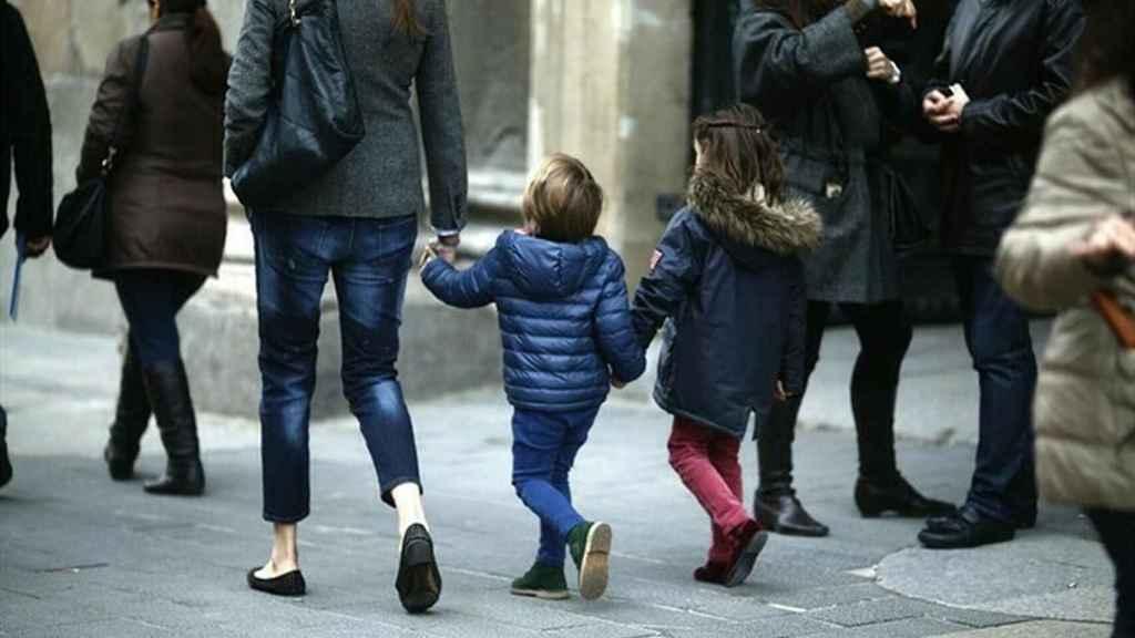 Una madre, en compañía de sus dos hijos.