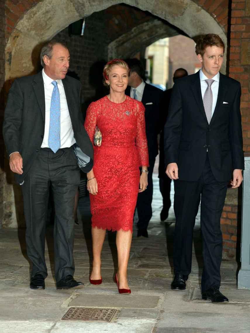 Michael y Julia Samuel junto al duque de Westminster.