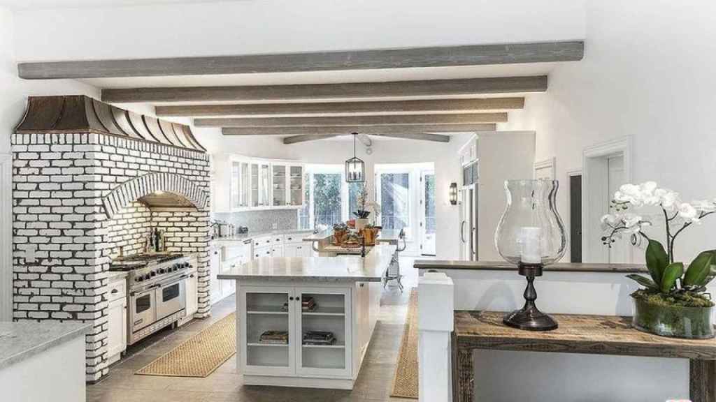 La cocina de la nueva casa de Selena Gómez tiene dos islas centrales.