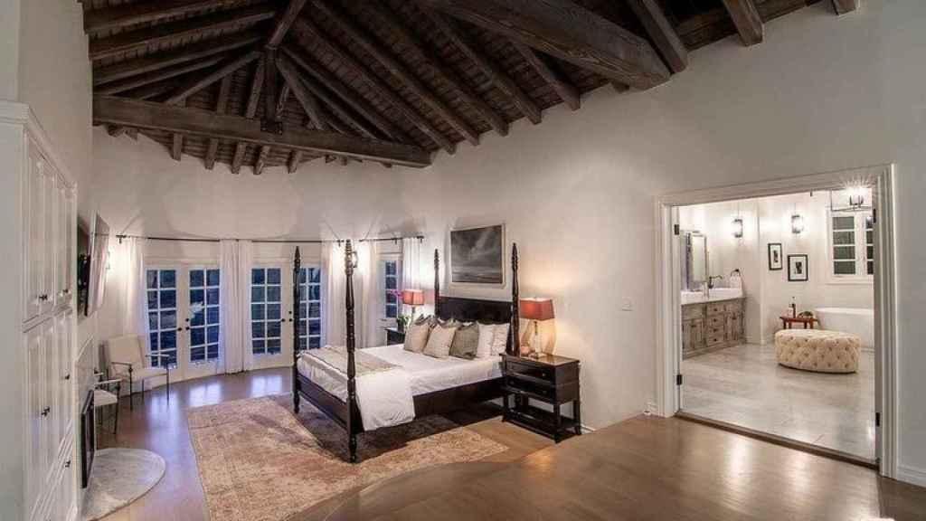La suite principal está presidida por una cama con dosel.